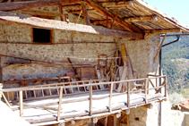 Detall del porxo d´un casa del poble.