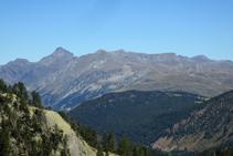Cada cop estem més elevats i tenim millors vistes de les muntanyes de la Val d´Aran: el Maubèrme al fons.