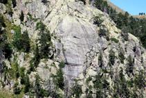 Detall d´una paret granítica polida amb estries de grans dimensions que ens indiquen el sentit d´avanç del gel.