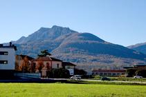 El Puigsacalm sobre el poble de les Preses.