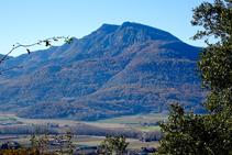 El Puigsacalm sobre la vall d´en Bas.