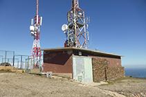 Antenes de telecomunicació instal·lades al cim de la Muntanya Negra.