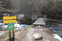 Creuem el riu d'Aspe per una passarel·la de fusta.