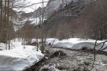 La neu acumulada durant l´hivern és molt abundant en aquesta zona del Pirineu.