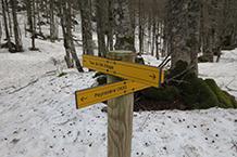 """Deixem enrere la desviació que puja fins al Xalet de Peyranère (en molts llocs escrit com a """"Peyrenère"""")."""