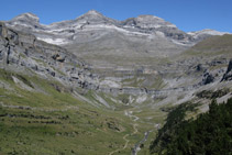Les Tres Serols (un dia sense núvols): Cilindre de Marboré (3.325m), Mont Perdut (3.348m) i Añisclo (3.257m).