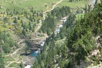 Vista de les Grades de Soaso, al fons de la vall.