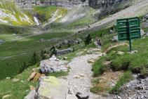 El camí baixa amb suavitat cap al fons de la vall.