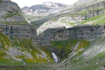 La cascada de la Cola de Caballo és ben visible.