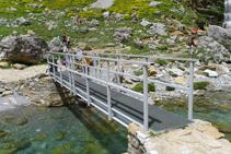 Pont metàl·lic sobre el riu Arazas a la Cola de Caballo.
