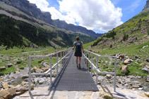 Un altre pont metàl·lic ens facilita el pas per sobre d´un petit torrent.