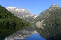 Llac d´Orédon en primer terme. Al fons, d´esquerra a dreta: el Cylindre d´Estaragne (2.995m), la presa del llac de Cap de Long i el pic d´Hèche Castet (2.568m).