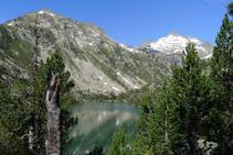 Llac oriental de Les Laquettes, pic d´Hèche Castet (2.568m) i pic de Ramougn (3.011m) al fons.
