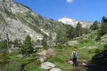 Remuntem la vall. El pic de Ramougn (3.011m) al fons.
