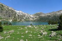 En primer terme el llac d´Aubert i, a darrere, la cresta d´Espade, l´Hourquette d´Aubert, el pic de Madaméte i el coll de Madaméte.