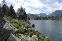 Blocs de pedra que cal superar per rodejar el llac.