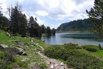 Camí que rodeja el llac d´Aumar.