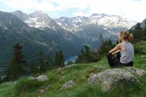 Vistes del llac d´Orédon, al fons de la vall, i de les muntanyes que el rodegen.