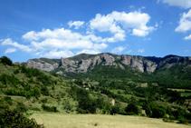 Deixem Castellet enrere, amb les espectaculars Roques de Castellet al darrera.