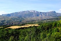 Vistes de la Torre del Senyor, rodejada de camps de conreu i la majestuosa serra de Sant Gervàs al fons.