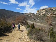 El camí és ample i planer i progressa per la riba esquerra del riu Noguera Ribagorçana.