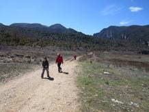 Ja es veuen les faldes septentrionals del Montsec d´Ares i el Montsec d´Estall, dividits pel congost de Mont-rebei.
