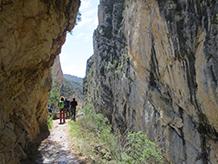 Caminem sota parets rocalloses de més de 500m d´alçada.