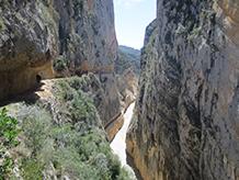 Si el pantà té poca aigua, podem albirar el camí vell del congost, que passa per sota del nou, per on avancem nosaltres.