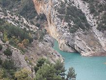 El pont penjant de Montfalcó al congost de Seguer.