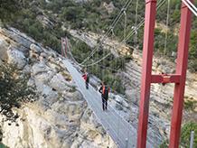 El pont penjant cap a Montfalcó torna a unir els dos vessants, separats fa 60 anys per l´embassament de Canelles.