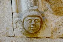 Detall de la portalada de Girona, esculpida amb pedra.