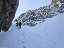 Les parets de roca i la neu atorguen un autèntic ambient alpí al corredor.