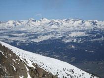 El Carlit sobresurt per sobre dels altres cims, és el pic més alt de la regió.