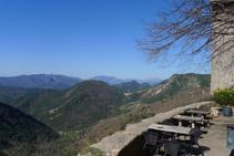 Terrassa amb vistes que hi ha costat de l´hostatgeria-restaurant. Al fons podem distingir-hi el Pedraforca.