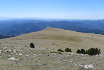 Vistes cap al sud: en primer terme l´altiplà del Pla de Pujalts i, en segon terme, vistes de les comarques de la Catalunya central.