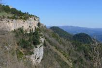 El santuari de Montgrony, penjat a la roca.