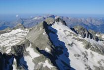 Magnífica vista en direcció S des del pic Pavots. En primer terme el coll d´Eriste, a continuació Les Forquetes.