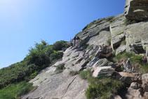 Tram amb molta roca al camí.