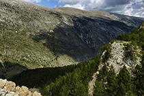 El vessant sud de la serra del Cadí, molt menys abrupte que el nord.