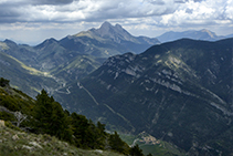 Vistes  des del cim. A baix podem veure Josa de Cadí i, al fons, el Pedraforca, la Gallina Pelada i la Serra d´Ensija.