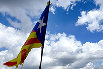 La bandera que oneja al cim del Cadinell.