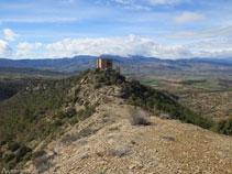 El castell a sobre del turó dominant la Conca Dellà.