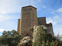Cal vorejar el castell per la dreta.