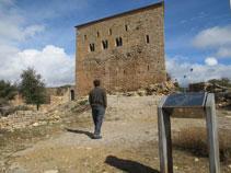 Façana principal del castell de Llordà.