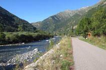 Avancem per un camí asfaltat al costat del riu.