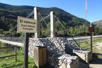 Un cartell abans de creuar el pont ens avisa que el Salencar és un espai natural protegit que cal preservar.