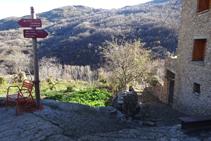 Baixem per entre cases i horts cap al fons de vall.