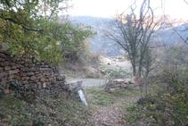 El camí passa pel costat d´una pista i una pedrera (esquerra).