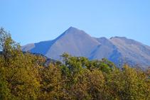 Vistes del cim piramidal del Monteixo.