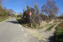 Abans d´arribar al cementiri, girem cap a la dreta per una pista.